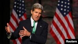 """美國國務卿克里在""""選擇美國""""投資峰會上講話。"""