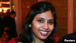 Bà Khobragade, 39 tuổi bị cáo buộc làm những chứng nhận giả để hỗ trợ đơn xin visa cho những người Ấn Độ bà mang vào nước Mỹ để giúp việc nhà.