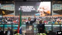 Prezident Obama Yoxannesburgda Janubiy Afrikaning sobiq marhum prezidenti Nelson Mandela xotirasiga bag'ishlangan marosimda nutq so'zlamoqda, 10-dekabr, 2013-yil