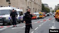 نیروهای امنیتی در بیرون مرکز پولیس در پاریس