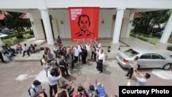 Aksi Solidaritas Wartawan untuk Udin saat meluncurkan simbol perjuangan ungkap kasus terbunuhnya wartawan Fuad Muhammad Safruddin atau Udin, di kompleks DPRD Provinsi DIJ, Selasa (13/8). (Foto: Guntur Aga Tirtana/Radar Jogja)