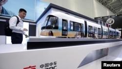 中國中車集團在天津舉行的世界智能大會上展出的鐵路客運機車。(2019年5月16日)