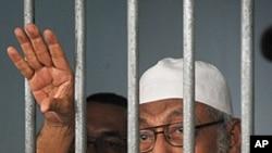 激进伊斯兰教士阿布.巴卡.巴希尔在雅加达牢房里向记者发表讲话(资料照)