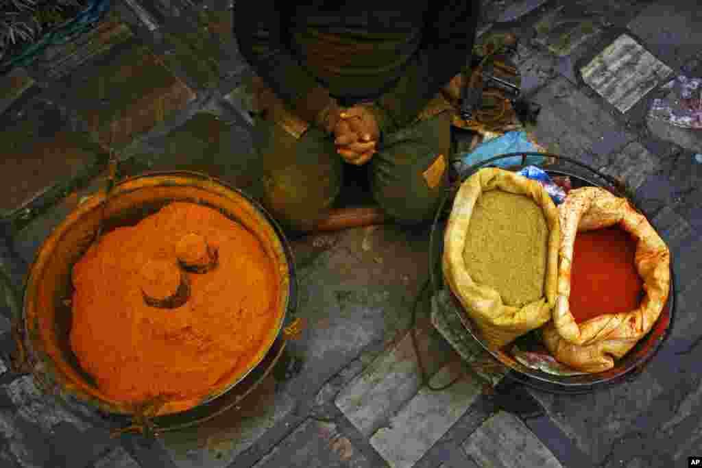 Un vendedor de especies nepalés espera clientes en el mercado Ason en Katmandú, Nepal.