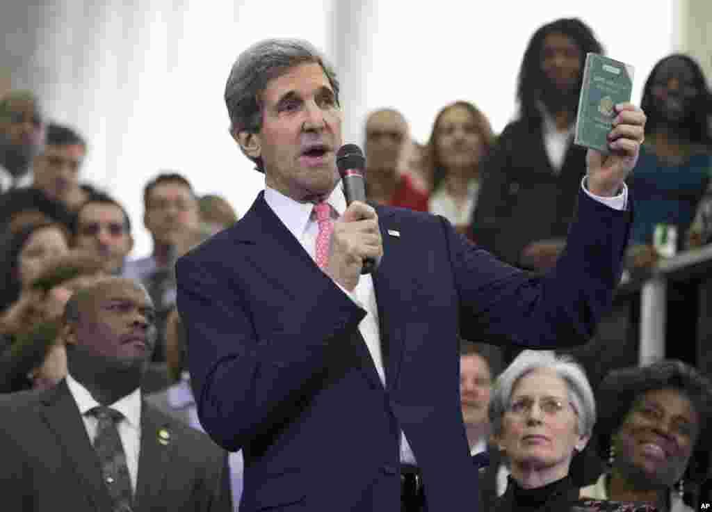 2013年2月4日,新上任的第68位美国国务卿约翰·克里在欢迎他履新的仪式上出示他11岁时得到的第一份外交护照。当时他随外交官父亲生活在柏林。