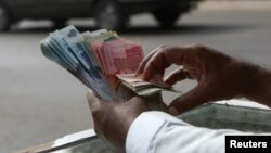 د مالي چارو څیړونکي وایي د پاکستان دولتي بانک پخپله د پاکستانۍ روپۍ ٣،١ فیصد رالویدو ته اجازه ورکړې