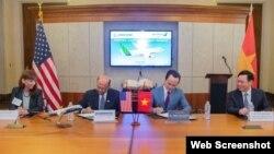 Phó Thủ tướng Việt Nam Vương Đình Huệ (bìa phải) chứng kiến thỏa thuân Bamboo Airways mua 20 máy may Boeing của Mỹ hôm 25/6/2018 tại Washington. Photo VietnamNews
