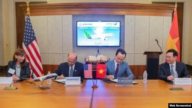 Phó Thủ tướng Việt Nam Vương Đình Huệ chứng kiến thỏa thuân Bamboo Airways mua 20 máy may Boeing của Mỹ hôm 25/6/2018 tại Washington. Photo VietnamNews