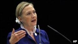 ລັດຖະມົນຕີການຕ່າງປະເທດສະຫະລັດ ທ່ານນາງ Hillary Clinton ກ່າວຄຳປາໄສທີ່ກອງປະຊຸມລະດັບລັດ ຖະມົນຕີ ຂອງປະຊາຄົມປະຊາທິປະໄຕ ທີ່ນະຄອນຫຼວງ Vilnius ຂອງລີທົວເນຍ (1 ກໍລະກົດ 2011)