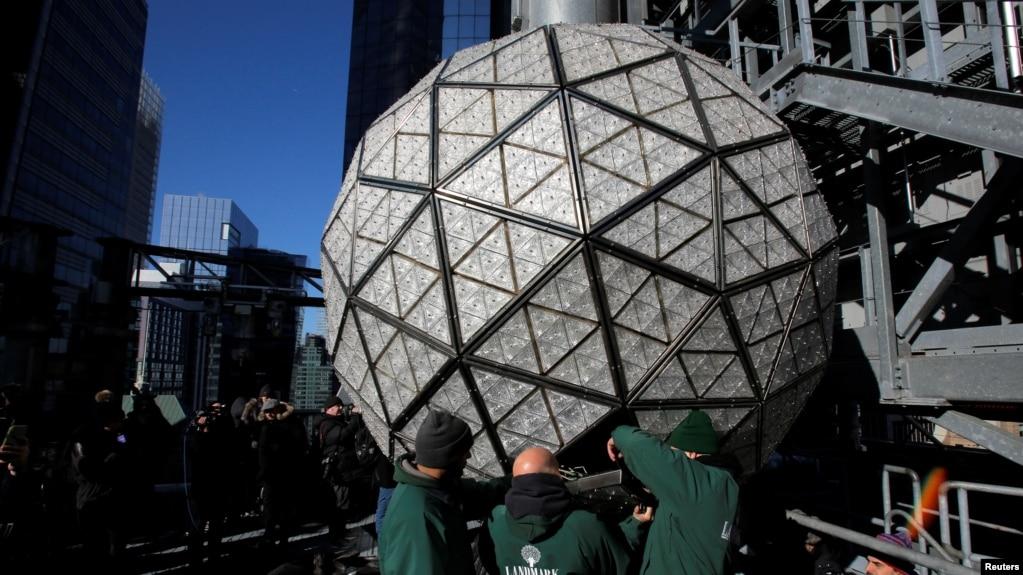 Các công nhân lắp đặt quả cầu pha lê Waterford trên nóc tòa nhà One Times Square ở New York (ảnh tư liệu, tháng 12/2017)