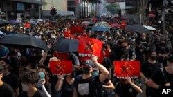 지난 20일 홍콩에서 반정부 시위대가 송환법 공식철폐, 시위대의 조건 없는 석방및 불기소 등 5개 요구사항을 요구하며 도심을 행진하고 있다.