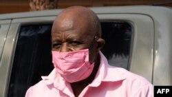 Paul Rusesabagina mu myambaro y'imfungwa hanze y'urukiko