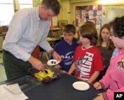 教师给小学生发水果