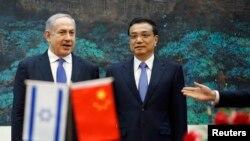 ທ່ານ Netanyahu (ຊ້າຍ) ນາຍົກລັດຖະມົນຕີອີສຣາແອລ ແລະ ນາຍົກລັດຖະມົນຕີຈີນ ທ່ານ Li Kegiang ໃນພິທີເຊັນສັນຍາລະຫວ່າງກັນ ຢູ່ສາລາປະຊາຊົນຈີນ ທີ່ນະຄອນຫລວງປັກກິ່ງ, ວັນທີ 8 ພຶດສະພາ 2013.