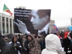 手举哈维尔像的示威者