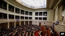 希腊议会星期一第三次投票