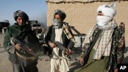 اجساد مسافران هزاره روز گذشته به بستهگان شان در غزنی تحویل داده شد.