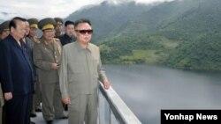 생존 당시 북한 자강도 희천발전소 건설현장을 방문한 북한 김정일 국방위원장(오른쪽). 2011년 9월 2일 조선중앙통신 보도.