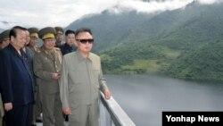 북한 자강도 희천발전소 건설현장을 방문한 북한 김정일 국방위원장. 조선중앙통신이 2011년 9월 2일 보도한 사진이다.