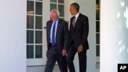 Presiden AS Barack Obama (kanan) saat bertemu pesaing Clinton dari Partai Demokrat, Senator Bernie Sanders di Gedung Putih, Kamis (9/6).