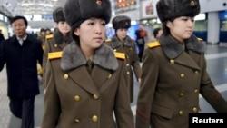 朝鲜牡丹峰乐团成员现身北京国际机场,准备离开北京(2015年12月12日)