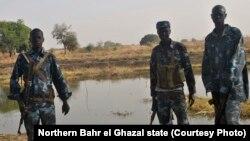 Polisi Sudan Selatan tengah berpatroli di Kiir Adem pasca terbunuhnya enam polisi oleh para penjarah dari Sudan beberapa waktu yang lalu (Foto: dok). Organisasi riset independen Swiss mengeluarkan laporan terkait dukungan logikstik Sudan Selatan untuk para pemberontak Sudan.