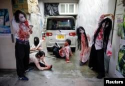 Para aktor yang berdandan seperti zombi dan hantu bersiap sebelum pertunjukan di wahana rumah hantu lantatur milik Kowagarasetai di tengah pandemi virus corona, di Tokyo, Jepang, 3 Juli 2020. (Foto: Reuters)