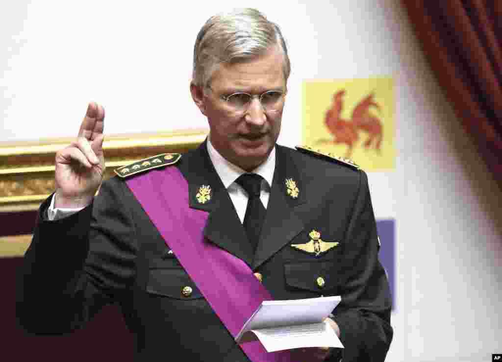 El ahora rey Felipe de Bélgica al tomar el juramento en el Palacio Real.