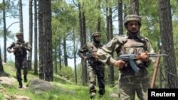 Binh sĩ Ấn Ðộ tuần tra gần lằn ranh kiểm soát ở làng Chakothi.