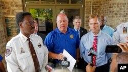 RandyTucker (centro), el alguacil del condado de Madison, en Mississippi, declinó revelar cuándo se presentarán formalmente los cargos contra los tres jóvenes detenidos.