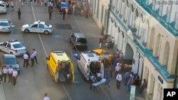 Des ambulances et la police déployées sur le lieu d'un incident où un taximan a écrasé des piétons sur un trottoir près de la Place Rouge à Moscou, Russie, samedi 16 juin 2018. (Photo du service de presse du Centre de contrôle du trafic de Moscou)