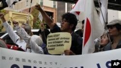 """10月16日示威者在东京中国驻日本大使馆前面抗议中国政府,高举""""尖阁列岛是日本领土""""的标语"""
