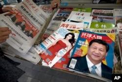 2017年10月21日,北京報攤上的報紙刊物,其中《環球人物》雜誌的封面上有習近平 照片和《習近平 中國強起來》的標題,還有報道中共十九大修改黨章消息的北京晚 報,也有以影視明星范冰冰為封面的《知音》雜誌。但沒有中共黨報人民日報和黨 刊《求是》,因為不好賣