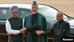 12일 인도 뉴델리를 방문해 인도의 프라납 무커지 대통령(오른쪽), 만모한 싱 인도 총리(왼쪽)와 만난 하미드 카르자이 아프가니스탄 대통령.