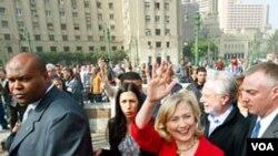 """Clinton dijo que la visita a la plaza fue """"un gran recordatorio del poder del espíritu humano""""."""