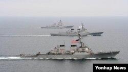 미 해군의 미사일장착 구축함 매케인호(앞)가 지난달 17일 독수리 훈련에 참가했다.