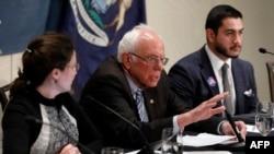 Bakal calon presiden dari Partai Demokrat Bernie Sanders berbicara dalam diskusi mengenai wabah virus corona di Romulus, Michigan, 9 Maret 2020. (Foto: AFP)
