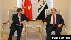 Menlu Irak Hoshyar Zebari (kanan) menerima kunjungan Menlu Turki Ahmet Davutoglu di Baghdad, Minggu (10/11).