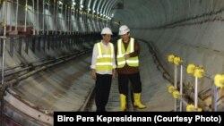 Presiden Joko Widodo (kiri) dan Gubernur DKI saat itu, Basuki Tjahaja Purnama alias Ahok saat memeriksa kemajuan proyek pembangunan MRT, 23 Februari 2017. (Foto Biro Pers Kepresidenan)