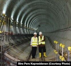 Presiden Joko Widodo dan Gubernur Jakarta Basuki Tjahaja Purnama memeriksa kemajuan proyek MRT