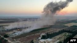 Asap mengepul pasca serangan udara dan artileri terhadap posisi pemberontak di provinsi Idlib, Suriah (foto: dok).