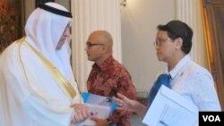 Utusan khusus Uni Emirat Arab (UEA) Abdurrahman bin Muhammad al-Uwais bertemu bertemu Menlu Retno Marsudi di kantornya di Jakarta, Kamis (15/6). (VOA/Fathiyah)