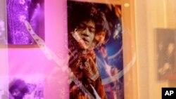 Foto yang dipamerkan dalam eksebisi yang dipersembahkan untuk musisi Amerika Jimi Hendrix, diadakan di Handel House Museum di tengah Kota London, 24 Agustus 2010.