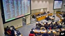 지난달 18일 유엔총회 제3위원회에서 북한인권 결의안을 채택한 가운데, 표결 결과가 회의장 대형 화면에 나오고 있다.