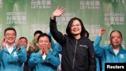 Цай Инвэнь обращается к сторонникам после объявления о ее победе на выборах, Тайвань, 11 января 2020 года
