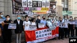 壹传媒集团创办人黎智英(左三)和香港支联会成员以及支持者在西九龙法院应讯前合影。(2020年7月13日)
