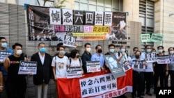 Trùm truyền thông Jimmy Lai (thứ 3 từ trái), và các ủng hộ viên cuộc biểu tình, dẫn đầu đêm thắp nến tưởng niệm vụ thảm sát Thiên An môn năm 1989 ở Bắc Kinh, trước Tòa án West Kowloon, Hong Kong