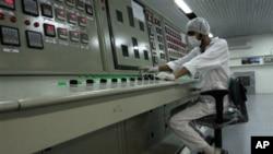 伊朗的技術人員在離德黑蘭255英里的一個鈾轉換設施裡操作(資料圖片)