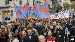 French students demonstrate in Paris against the government plan on pensions, 4 Nov 2010