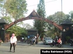 Suasana kampus UNS Solo (foto: VOA/Yudha Satriawan)